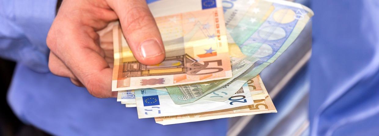 geld, geld lenen, man, man geld in zijn hand, krediet, hand, hand met geld